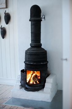 Whether it's a tiny cottage tucked in the woods or a sprawling mountainside chalet, no cabin is complete without a wood stove. Home Fireplace, Rocket Stoves, Log Burner, Herd, Into The Woods, Foyers, Cozy House, Interior Inspiration, Sweet Home