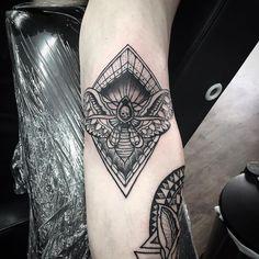 l wen tattoo an der brust l wenkopf in kombination mit wei er rose tattoo motive f r m nner. Black Bedroom Furniture Sets. Home Design Ideas