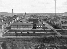 Kauppakatu, aiemmalta nimeltään Kauppiaskatu, oli olemassa jo ennen Hämeenkatua. Kuva on otettu rakenteilla olevan Aleksanterin kirkon tornista itään vuonna 1879. Kauppakatu on kuvassa vasemmalla ja Hämeenkatu oikealla. KUVA: SVANTE LAGERGRÉN / VAPRIIKIN KUVA-ARKISTO Paris Skyline, Travel, Historia, Viajes, Destinations, Traveling, Trips