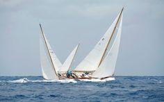 Los competidores toman parte en la Copa del Rey para los barcos de época en el club marítimo de Mahón en Menorca, Islas Baleares, España.