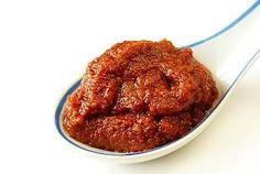 Heerlijk rode curry recept voor 3 porties voor 2 personen. Alleen nog kokosmelk aan toevoegen en je hebt een echte Thaise rode curry.