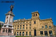 Teatro Victoria Eugenia y escultura de Oquendo #sansebastian #donostia #girodonossti #belleepoque  www.girodonossti