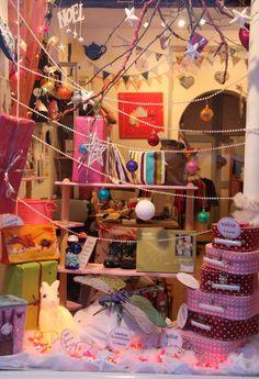 """La vitrine """"Enfance"""" de Lilooka. Shop window display, window shopping."""