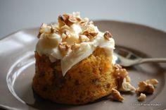 Walnoten-worteltaartjes. Hoewel 'taartjes'? Qua structuur zitten ze tussen taart en pudding in. De fris-zoete citroenmascarpone maakt het helemaal af.
