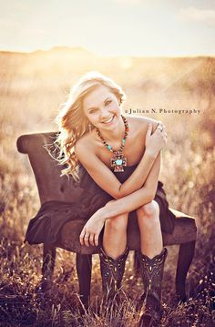 Vintage senior picture idea for girls. Vintage senior pictures. #vintageseniorpictures #seniorpictureideasforgirls