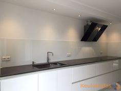 Deze witte glazen spatwand is geplaatst in Heerjansdam. Wat een strak eindresultaat! #keukenglas #Eindhoven #achterwandglas #glazenachterwand #achterwandkeuken #glaswand #spatwand #achterwandopmaat #keukeninspiratie #backsplash #splashback #splashbackglass #kitchenglass