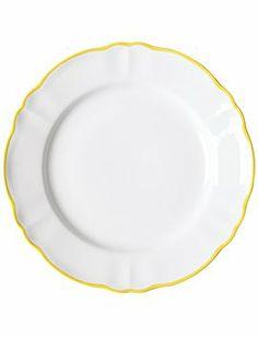 Schöne Essteller mit unterschiedlich bunten Rändern. Das Geschirr ist Spülmaschinen geeignet.