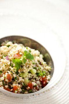 Tabbouleh on raikas libanonilainen salaatti bulgurista, yrteistä ja kasviksista.
