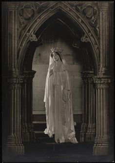 """Edith Wynne Matthison as Sister Beatrice in the New Theatre's 1910 production of Maurice Maeterlinck's play """"Sister Beatrice"""""""