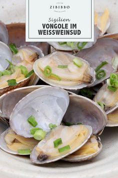 Die Venusmuscheln, oder Vongole werden in Italien im Weißweinsud mit etwas Zitrone und frischem Brot serviert und erinnern an Urlaub am Meer von Sizilien. Fresh Rolls, Ethnic Recipes, Sicily, Lemon, Fresh, Brot