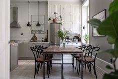 Keltainen talo rannalla: Trendikästä ilmettä Best Interior, Interior Design, Living Room Kitchen, Dressing Room, Scandinavian Design, Dining Table, Windows, House, Inspiration