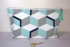 Grande Trousse de toilette aux motifs géométriques cube