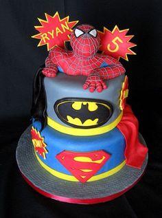 Tarta con los superhéroes Spider-man, Batman y Superman.