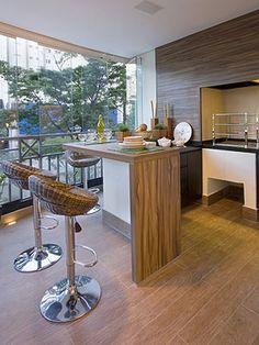 Cerâmica/porcelanato imitando madeira e em contraste com fundo branco na cozinha.