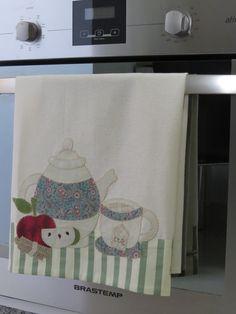 Compre Pano de Copa Bule de chá no Elo7 por R$ 44,90 | Encontre mais produtos de Pano de Prato e Casa parcelando em até 12 vezes | Pano de Copa Bule de chá , em tecido 100% algodão. Pano de copa em patch aplique, bordado em ponto caseado. Sob encomenda, as estampas podem sofrer alte..., BD1C47 Applique Towels, Applique Quilts, Creative Embroidery, Applique Embroidery Designs, Diy Pillow Covers, Diy Pillows, Sewing Crafts, Sewing Projects, Baby Sheets
