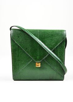 This hard-to-find vintage Hermes bag?í´íë_from 1984 can be worn as a shoulder bag or carried as a clutch. Constructed of genuine lizard leather in kelly green. Bag has a removable shoulder strap. Feat