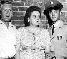 Elvis in june 1 1958 with his mother and father in Memphis.