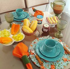 Turquesa e Coral. Food Table Decorations, Decoration Table, Dinning Etiquette, Brunch Mesa, Table Place Settings, Table Set Up, Kitchen Essentials, Ceramic Plates, Food Presentation