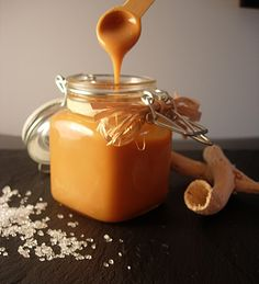 Salted butter caramel sauce - Un Amour de Gourmandise - Lorin Trumble Chutney, Sauce Au Caramel, Sweets Recipes, Cooking Recipes, Whatsapp Tricks, Salsa Dulce, Creme Dessert, Ganache, I Love Food