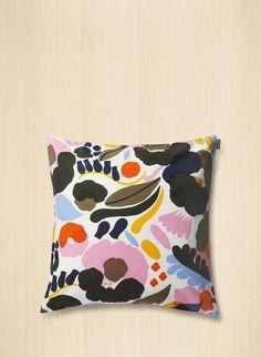 Hattarakukka-kuosisen, paksusta puuvillasta valmistetun neliskulmaisen tyynynpäällisen sivussa on vetoketju.