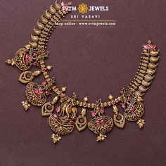 Jewelry OFF! A yellow gold short necklace studded with kemp Stones hanging small south sea pearl and pearl Beads. Antique Jewellery Designs, Gold Earrings Designs, Gold Jewellery Design, Indian Gold Necklace Designs, Indian Necklace, Antique Jewelry, Vintage Jewelry, Gold Necklace Simple, Short Necklace