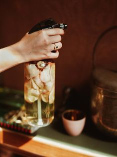 DIY: home spray with the scent of autumn flowers Seasonal Flowers, Fall Flowers, Vodka, Short Glass, Glass Containers, Sprays, Rose Petals, Spray Bottle, Green And Gold