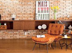 """Neste projeto, os tijolos de demolição cortados pela metade foram aplicados sobre a parede branca. """"Ficou igual à dos lofts de Nova York, como pediu o jovem morador"""", diz a arquiteta Nicole Finkel. """"Ele não quis qualquer acabamento porque gosta da rusticidade"""", ressalta. (Foto: Edu Castello/Editora Globo)"""