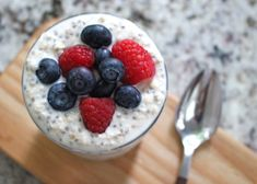 Do you feel like you don't have time for breakfast? It takes only about a minute to make this low FODMAP overnight oats recipe! Prep the oats in the evening, and when you wake up you will have a delicious and healthy breakfast all ready to eat! Oats Recipes, Fodmap Recipes, Fruit Recipes, Snacks Recipes, Paleo Recipes, Fodmap Breakfast, Easy Healthy Breakfast, Breakfast Recipes, Breakfast Ideas