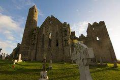 Castelo da Rocha está localizado em Tipperary, uma área menos povoada do sul da Irlanda. O castelo é parte de um grande complexo de edifícios e museus, incluindo uma das mais extensas coleções de arte celta na Europa. Todo o complexo é murado, e também contém um cemitério pitoresco cheio de cruzes celtas.  Fotografia:  Nikky via Flickr.