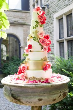 10 Pretty Spring Wedding Cakes: This rose garden inspired cake features intricate gold details that set it worlds apart from your average garden variety. Beautiful Wedding Cakes, Gorgeous Cakes, Pretty Cakes, Amazing Cakes, Decoration Evenementielle, Cupcakes Decorados, Bolo Cake, Tier Cake, Tall Cakes