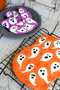 Halloween Ghost Chocolate Bark: DIY Halloween Candy from @MomFoodie