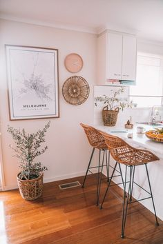 Get inspired by these dining room decor ideas! From dining room furniture ideas, dining room lighting inspirations and the best dining room decor inspirations, you'll find everything here! Retro Home Decor, Home Decor Kitchen, Home Kitchens, Kitchen Ideas, Design Kitchen, Kitchen Interior, Decorating Kitchen, Kitchen Art, Kitchen Colors