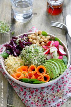 Un délicieux buddha bowl ou une salade pleine de couleurs et de saveurs mélangeant légumes, céréales, légumineuses et graines germées. #vegan #végétal #recette