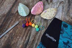 HiyaHiya colored Small Yarn Ball Stitch Markers Gorgeous!😍😍😍 We love this picture which from @sidispinnt ! Eine neue Hiya Hiya Bestellung ist eingetroffen!  Wieder erhältlich sind die sharp steel premium Sets, die 3mm Spitzen, die Maschenmarkieree mit Dumplingcase und allgemeine Stockauffüllung 😍  A new order from @hiyahiyaeurope arrived! Available again: sharp steel premium kits, 3mm tips, stitchmarkers with dumpling case and a lot more 😍 --- @sidispinnt said.