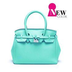 Color: SAVE MY BAG Icon Lycra Nirvana Azul Tiffany -Tamaño: 43x36x18 cm SAVE MY BAG es el It Bag que crea furor en Italia. Un icono de la moda Italiana dedicado a las mujeres dinámicas que buscan un bolso cómodo y un look actual, elegante y dinámico. Fabricado en más de 30 colores, práctico, ligero…