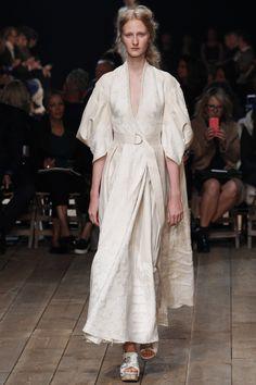 Alexander McQueen Spring/Summer 2016 Ready-To-Wear Paris Fashion Week Paris Fashion Week, Runway Fashion, Spring Fashion, Fashion News, High Fashion, Fashion Show, Fashion Design, Alexander Mcqueen, Alex Mcqueen