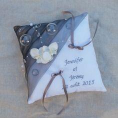 Coussin mariage  blanc gris décor bulles de champagne, perles et orchidées prénoms brodés