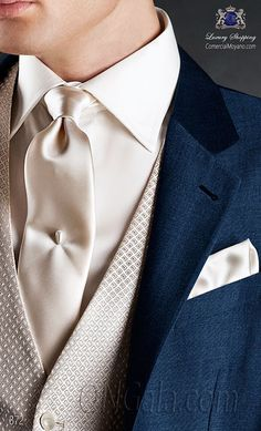"Traje de novio en pura lana mohair ""alpaca"" azul royal. Corte clásico sartorial, con dos aberturas traseras. Botones corozo personalizados ONGala."