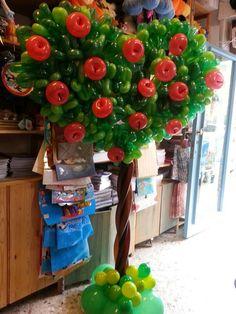 Beautiful apple tree made of balloons. Ballon Decorations, Balloon Centerpieces, Birthday Decorations, Balloon Tree, Balloon Flowers, Balloons Galore, Snow White Birthday, Balloon Arrangements, Festa Party
