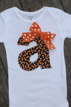 Halloween Onesie Candycorn Onesie Fall Onesie by SweetCarolinesBtqThis Candy corn pattern initial onesie is perfect to wear for Halloween, Thanksgiving or fall!Instead of a onsie maybe t-shirts for the kiddosS for Savannah! Fall Shirts, Kids Shirts, Halloween Onesie, Diy Shirt, Baby Sewing, Holiday Outfits, Diy Clothes, Kids Outfits, Easy Baby Blanket