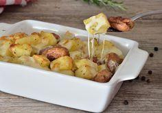 La teglia di patate e würstel filanti è un piatto saporito perfetto per le volte in cui si vuole preparare qualcosa di semplice senza rinunciare al gusto.