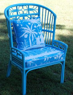 Paint a vintage bamboo chair blue and add blue and white Chinoiserie cushions Malen Sie einen Vintag Cane Furniture, Bamboo Furniture, Painted Furniture, Bamboo Chairs, Tropical Furniture, Bamboo Table, Painted Chairs, Street Furniture, Tropical Decor