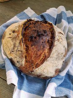 Pane a lievitazione naturale con fichi secchi, mandorle tostate, cannella, noce moscata