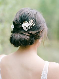 From half-up half-down looks to a low messy bun, get inspired by these simple wedding hairstyles. These easy wedding hairstyles prove that you don't need a fancy chignon or intricate updo to look amazing on your big day! Bridesmaid Hair Medium Length, Bridesmaid Hair Half Up, Wedding Hair Half, Wedding Updo, Bridal Hair, Wedding Bangs, Wedding Girl, Bouquet Wedding, Boho Wedding