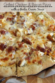 Diary of A Recipe Collector Grilled Chicken & Bacon Pizza with a Garlic Cream Sauce – Looking for a nice change to your family pizza night? It has all my favorites: grilled chicken, bacon, and a yummy creamy garlic sauce… Pizza Au Bacon, Pizza Pizza, Pizza Dough, Chicken Bacon Ranch Pizza, Pizza With Chicken, Bacon Bacon, Chicken Alfredo Pizza, Grilled Pizza Recipes, Gastronomia