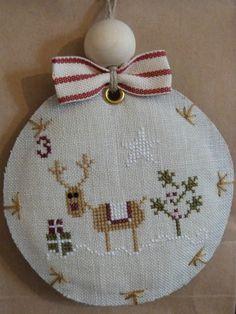 En cette veille de Noël, il est temps de vous dévoiler la finition du calendrier de l'Avent de Madame Chantilly, brodé en duo avec mon amie...