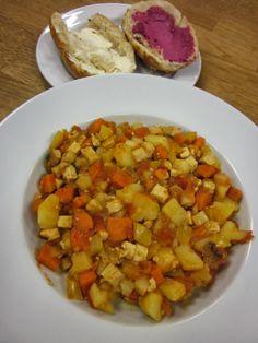 Mittags bei Frau Schulz auf der Arbeit: Kartoffeln, Möhren, Sellerie, Räuchertofu, Tomate, dazu zwei Brötchen mit Alsan bzw. Rote-Bete-Streich  So gut vorbereitet wäre ich im Büro auch gerne!