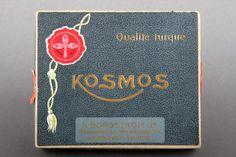 Forssan museo. Borgströmin Kosmos-savukkeiden rasia. H. Borgström Jr Tobaksbabriks Ab sijaitsi 1900-luvun alussa Helsingin Pohjoisrannassa, vuoteen 1919 saakka, jolloin Strengbergin tupakkatehdas osti sen ja viimein lakkautti vuonna 1928. Parhaimmillaan Borgströmillä oli töissä yli 500 työntekijää.
