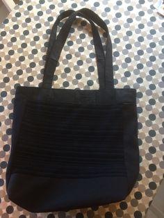 Redesignveske/nett av en svart jeans og ei skjorte.