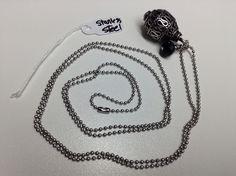 Collier #499 VENDU Collier fait de swarovski noir et d'une boule ovale de métal le tout monté sur une chaîne en acier inoxydable.  Collier de 30 pouces (77 cm).  - swarovski noir de 5 mm - boule ovale de métal de 15 X 20 mm. Fait main